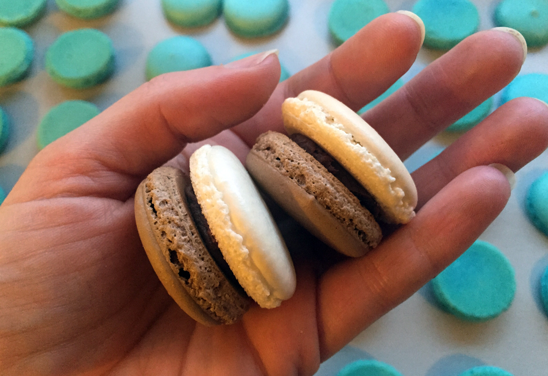 Two Colored Macarons | en.1001makron.com